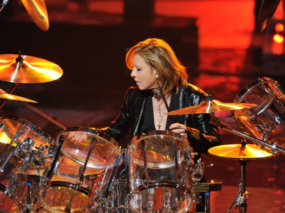 Yoshiki surprises worldwide audience with Kouhaku drum performance